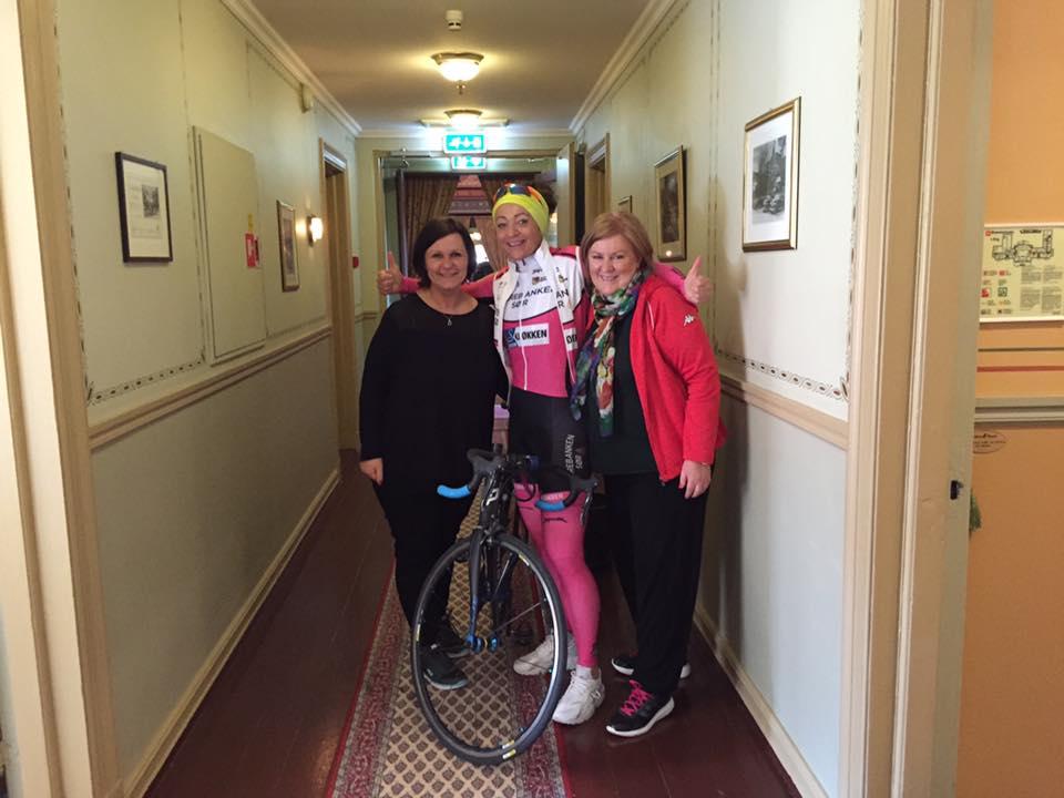 Mette og Marit fra Visit Grenland med sykkeldronningen Anita Valen.