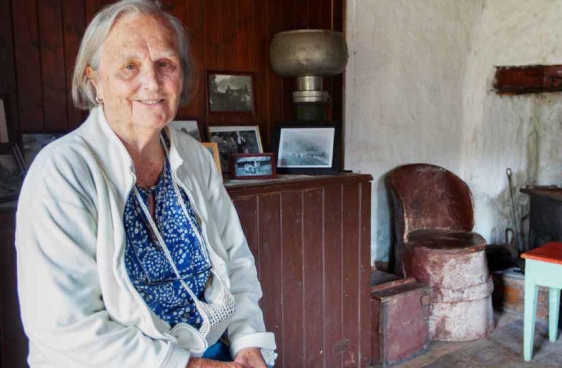 Lisette Haukelidsæter (89), naboen til Rui-søstrene. Herfra stuen til Rui-søstrene.