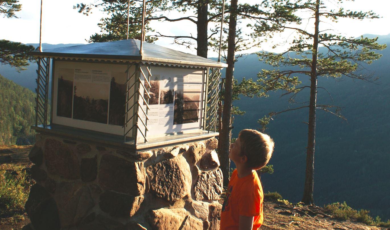 I dag finns det ein infopaviljong på Ravnejuv der du kan lesa historia i korte trekk. Foto: Kristi Skålid