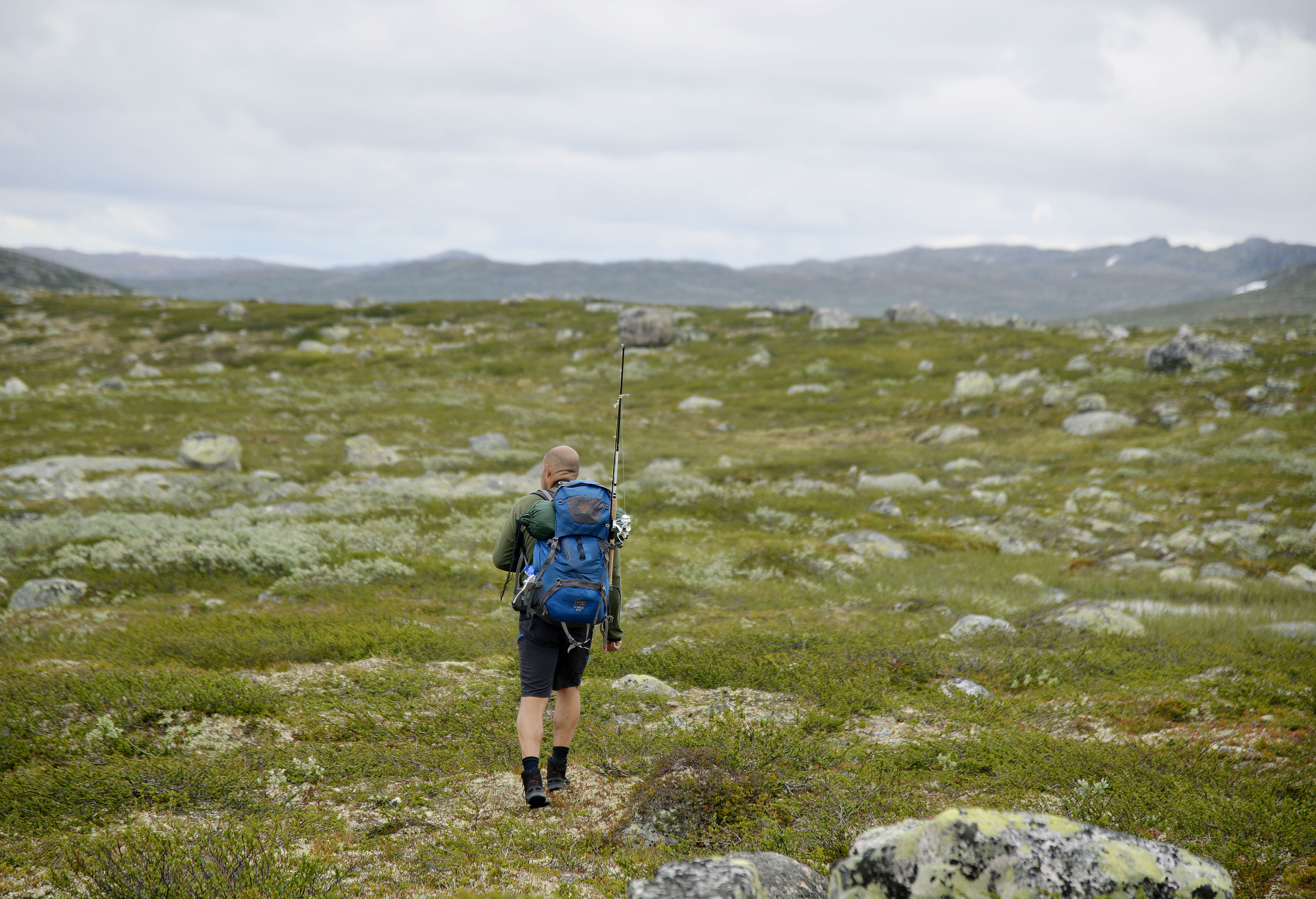 SKITT FISKE: Veldig mange som skal gå i fjellet pakker med seg fiskestang. Fiskekort til de mange vannene og elvene på Hardangervidda, får du kjøpt blant annet på de betjente turisthyttene, og på Visit Rjukan på torget i byen.
