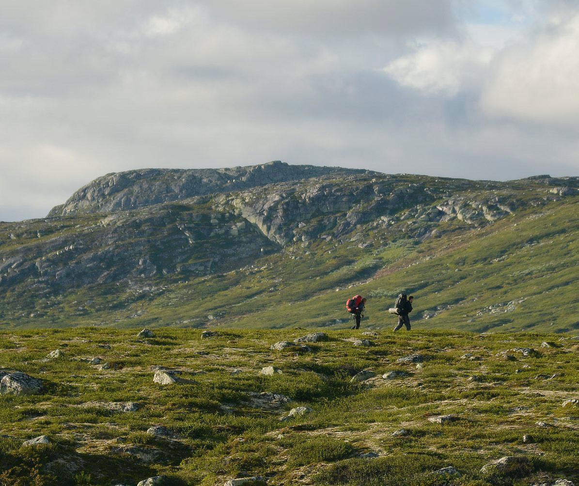 FRIHETEN: Når du henger sekken på ryggen og begir deg innover Hardangervidda, tar det ikke mange øyeblikkene før du går med en frihetsfølelse. Kanskje det er friheten fra hverdagen du kjenner på. Foto: Bjørn Harry Schønhaug
