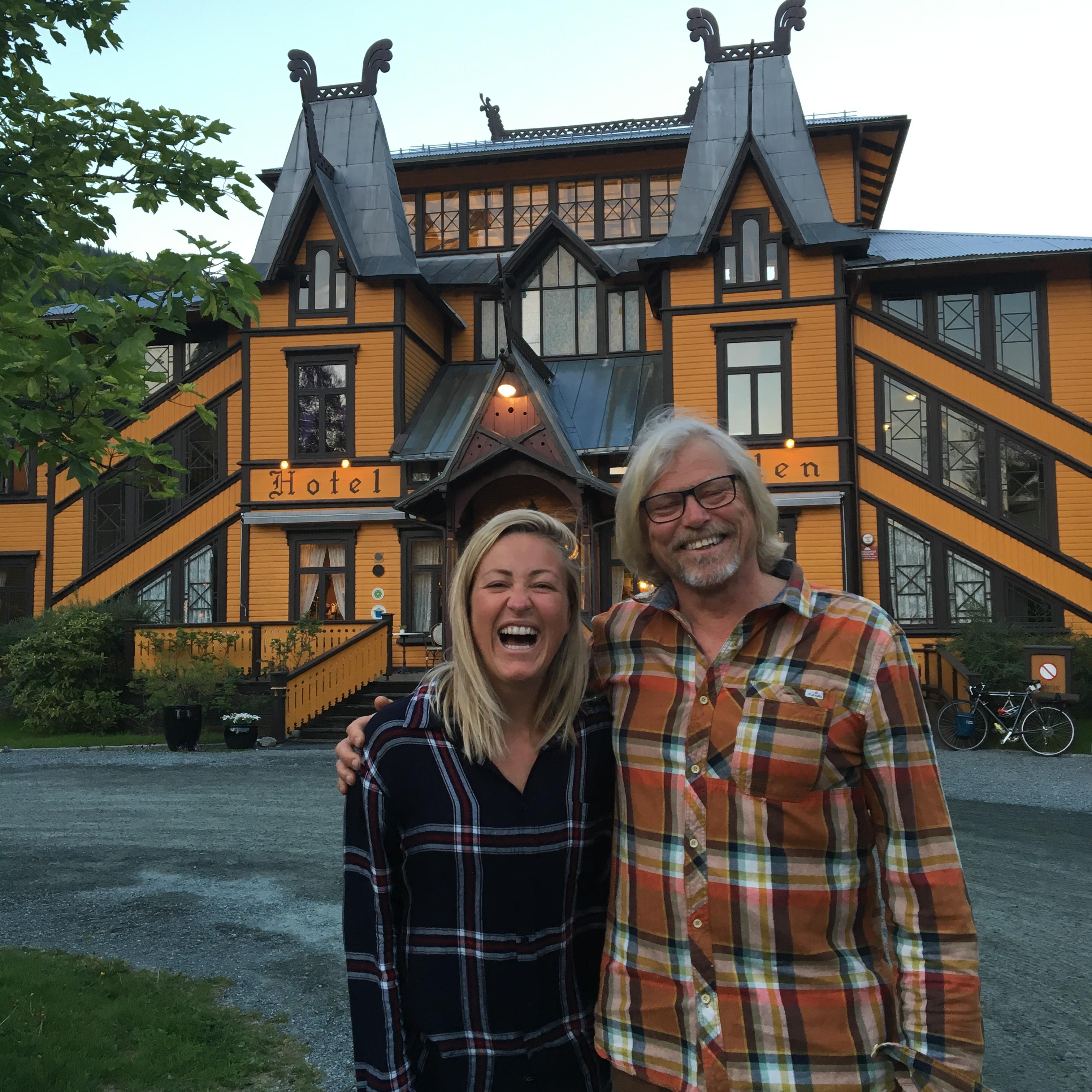 Stine møtte naturentusiasten Jostein Hellevik som driver Dalen Villmarksenter på Dalen Hotel. Han er heller ikke telemarking men har forelsket seg helt i Dalen og flyttet hit fra Stavanger.