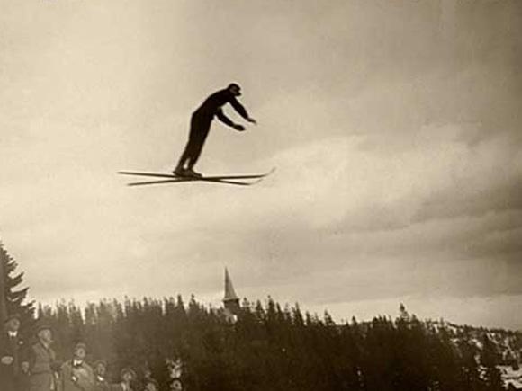 Kong Olav V kom til Telemark for å delta i et jubileumsrenn i Morgedal i 1928. Dette bildet er fra Holmenkollen noen år tidligere.