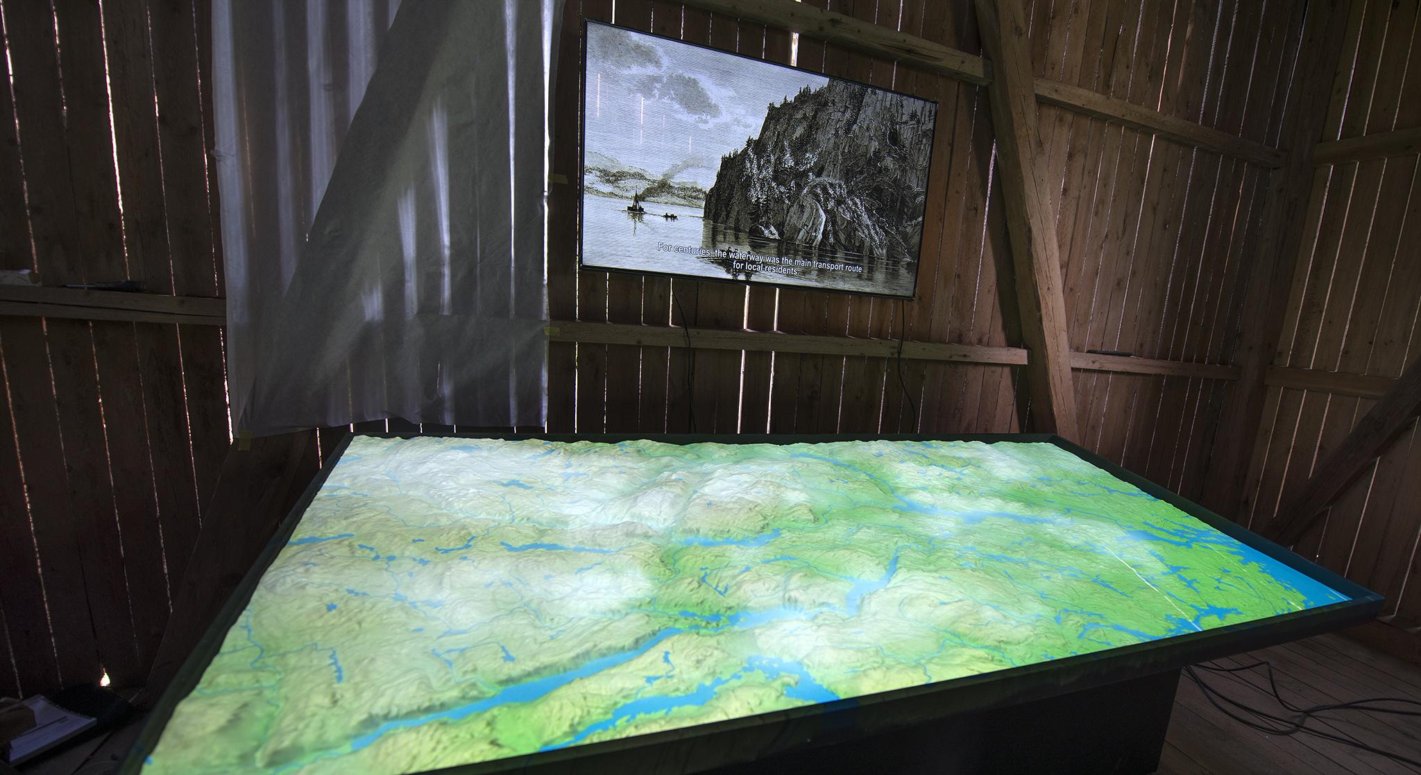 I den gamle låven vises kanalhistorien i form av en animasjon på en tredimensjonal landskapsmodell.