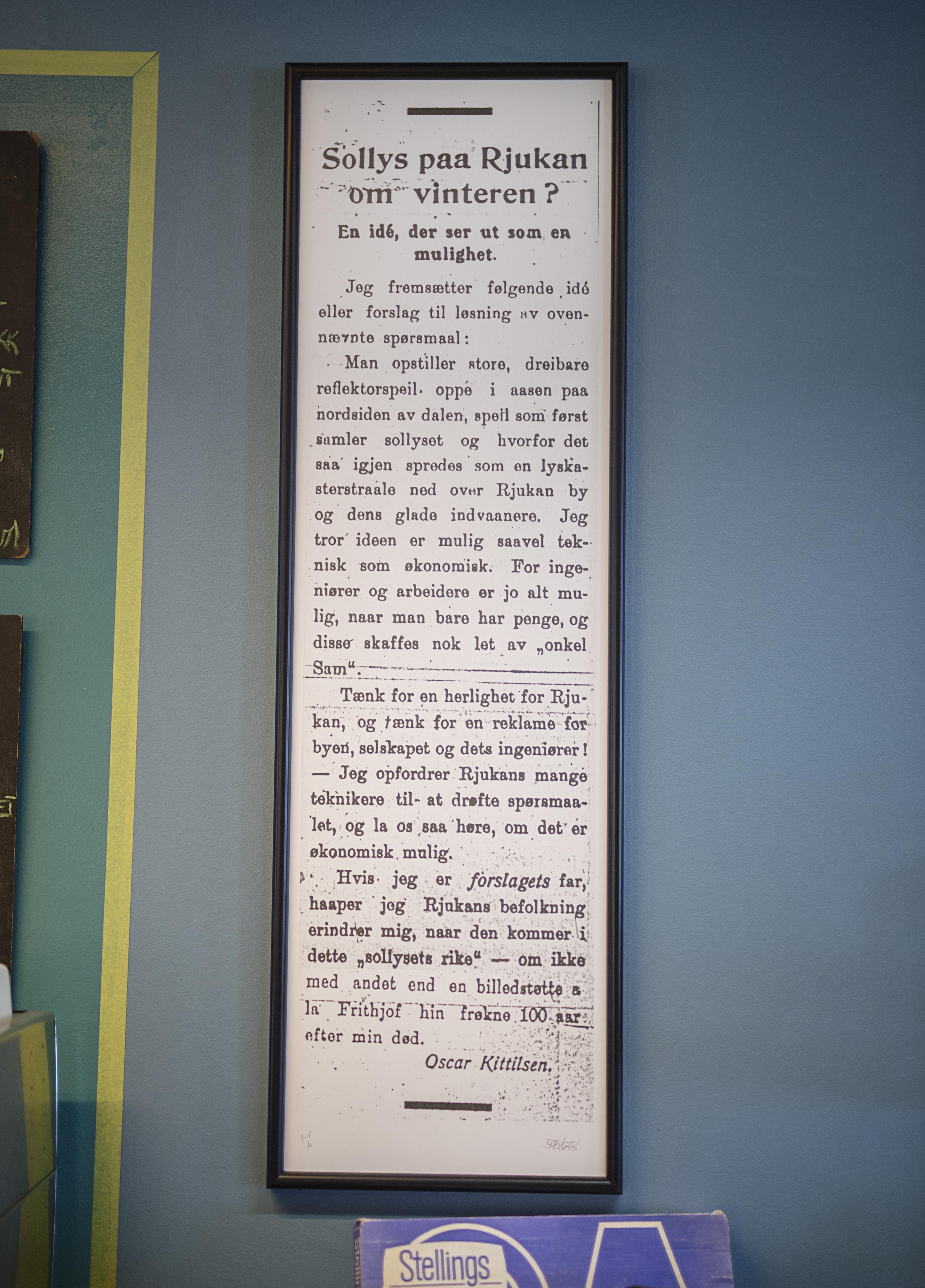 I 1913 skrev Oscar Kittelsen et innlegg i lokalavisa titulert «Sollys paa Rjukan om vinteren?». Det er i dag rammet inn og henger i bruktbutikken til Martin Andersen. Foto: Benjamin A. Ward