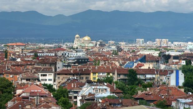 Bulgarias hovedstad, Sofia med den karakteristiske Aleksander Nevski-katedralen tronende over hustakene