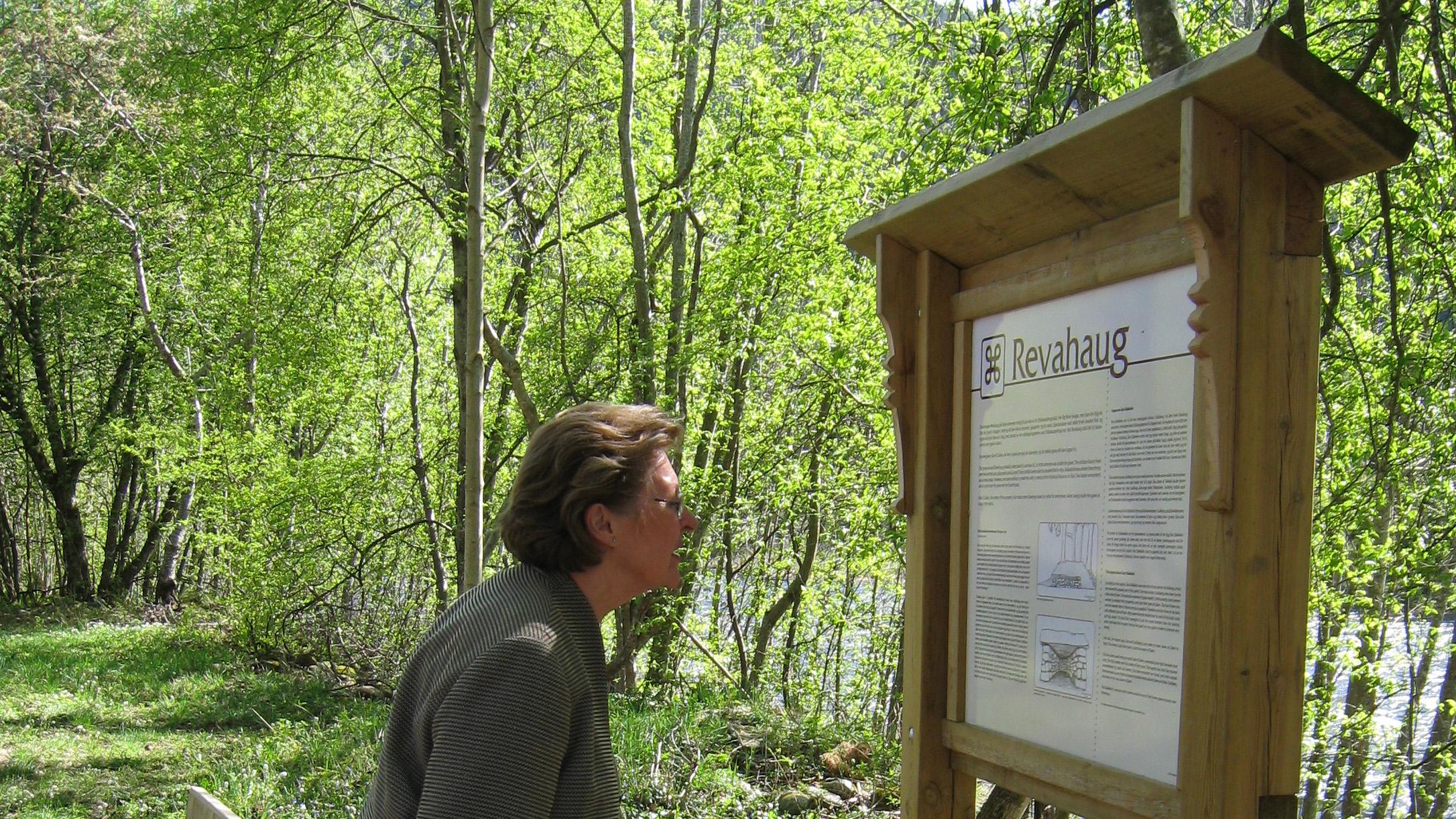 På Dalen ligg ein gravhaug som er kalla Revahaug. Soga vil ha det til at ein av sønene til Åse er gravlagd her. Ved Revahaug står det ei tavle med informasjon om gravhaugen. (Ein må gå hit. Vend deg til turistkontoret)