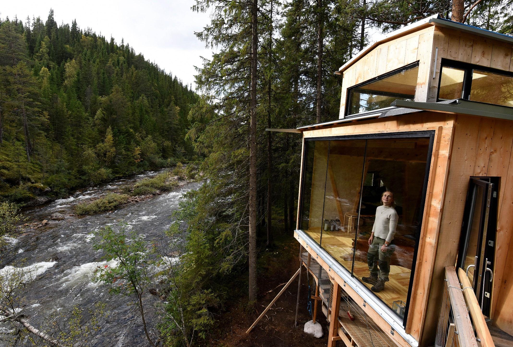 HØYT: Fra tretopphyttas terrasse kan du slenge vannbøtta eller fiskesnøret rett ned i elva. Foto: Bjørn Harry Schønhaug