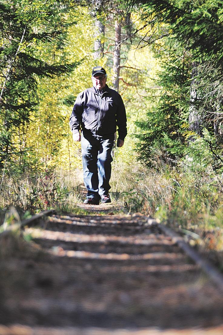 Birger Bastiansen går ein tur langs attgrodde skinner ved Åmdals Verk Gruver og mimrar attende til den tida han jobba som rallar i gruvene