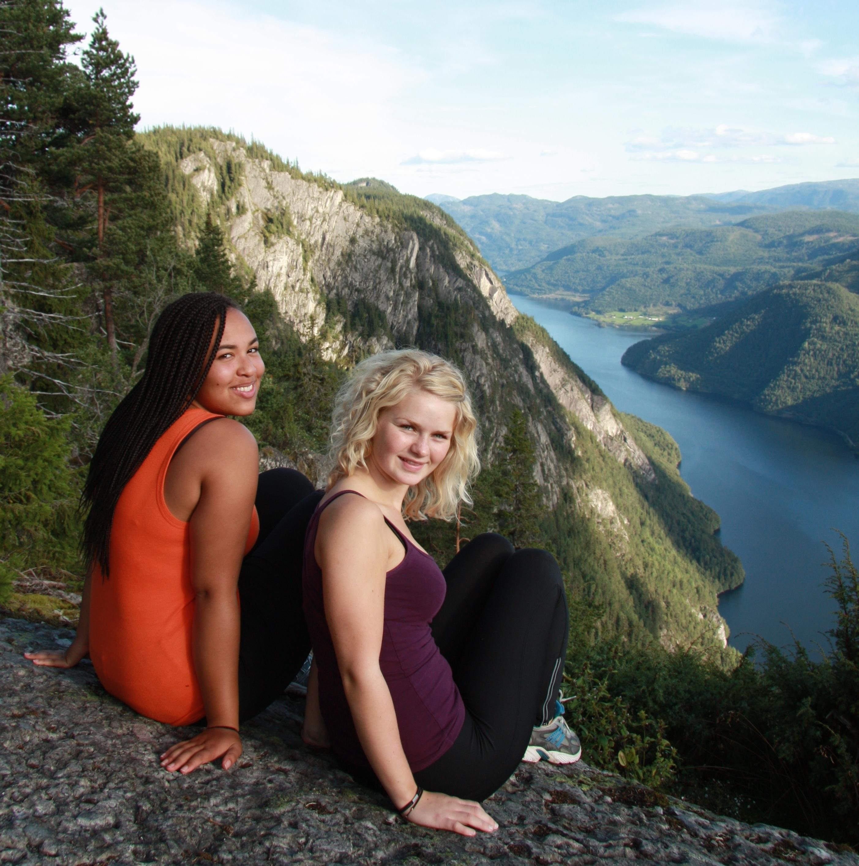 Ta vandreturen til Lårdalstingen og få en fantastisk utsikt over Bandakskanalen.  Ta en av kanalbåtene fra Lårdal på vei tilbake Dalen