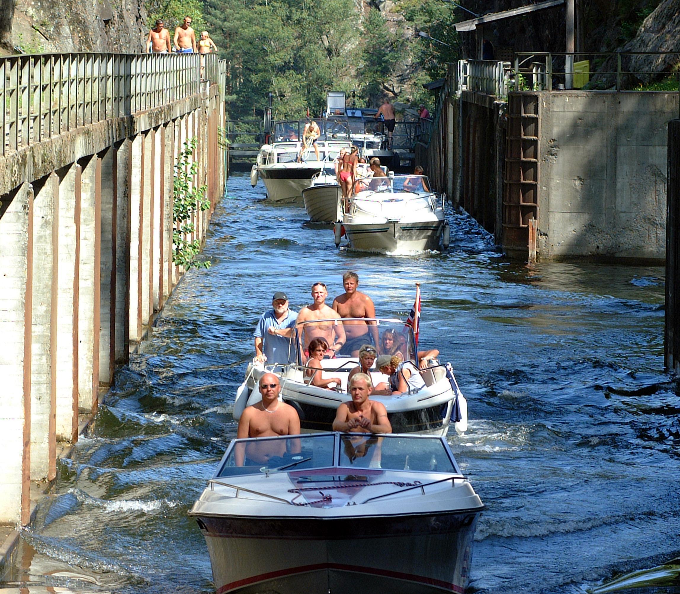 Å sluse med egen fritidsbåt er en spennende og nær måte å oppleve kanalen og slusene på.