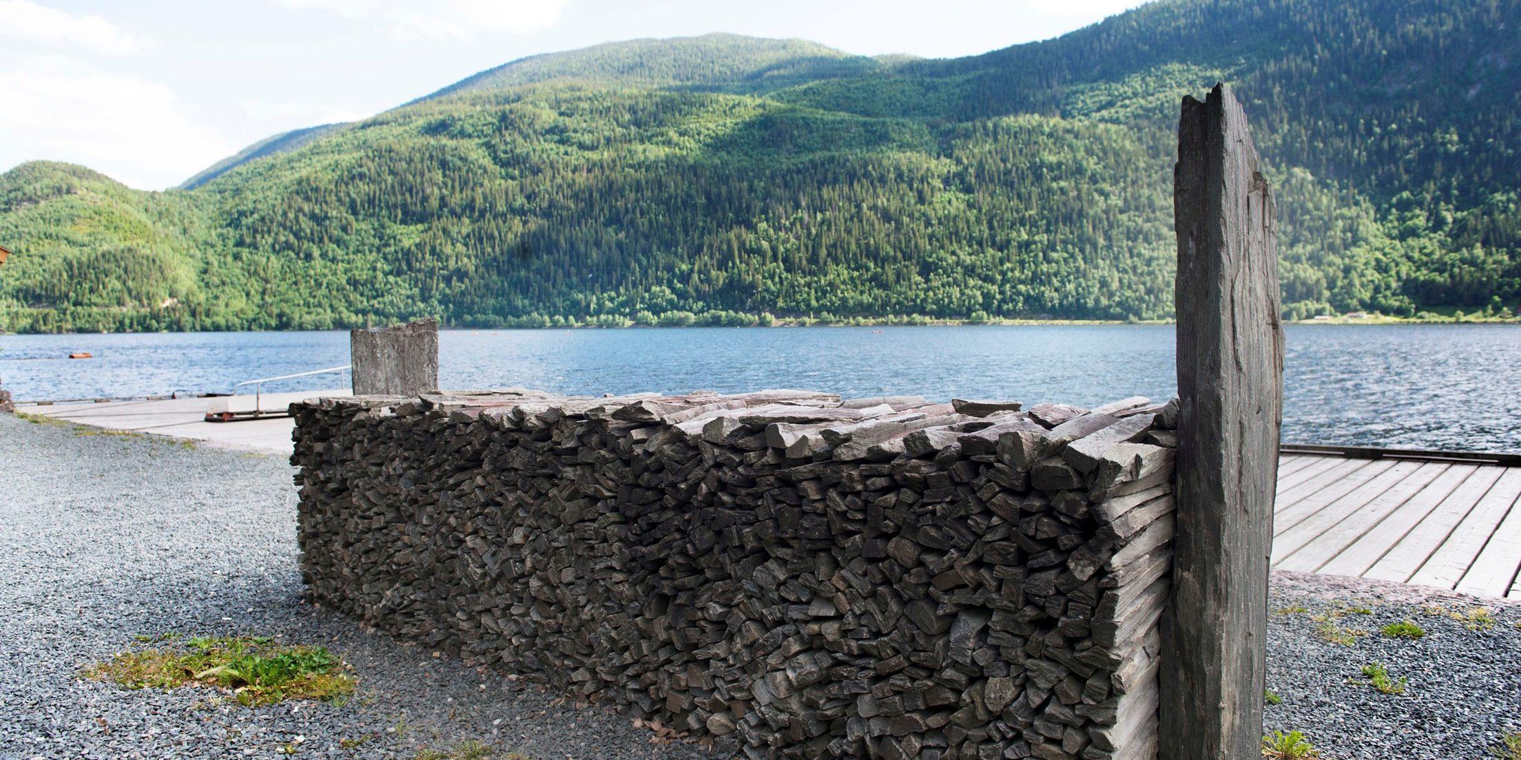 Et la er et lager eller opplag f.eks. av stein. Ved Dalen bryggje er det lagt opp et steinla som et minne om brynesteinstransporten som gikk herfra i hundrevis av år.