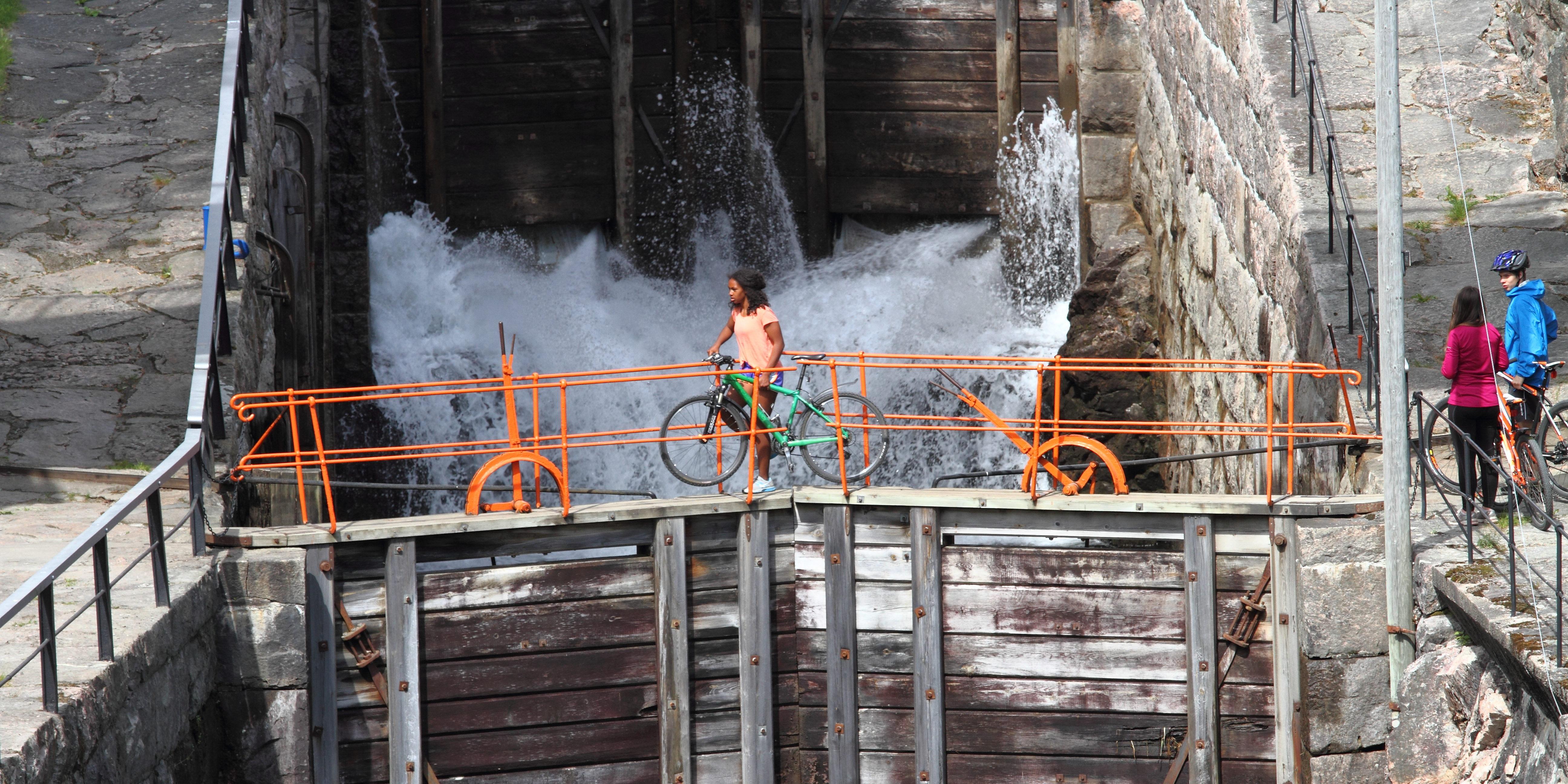 Sykling langs Telemarkskanalen er en populær aktivitet i sesongen Foto: Hamish Moore
