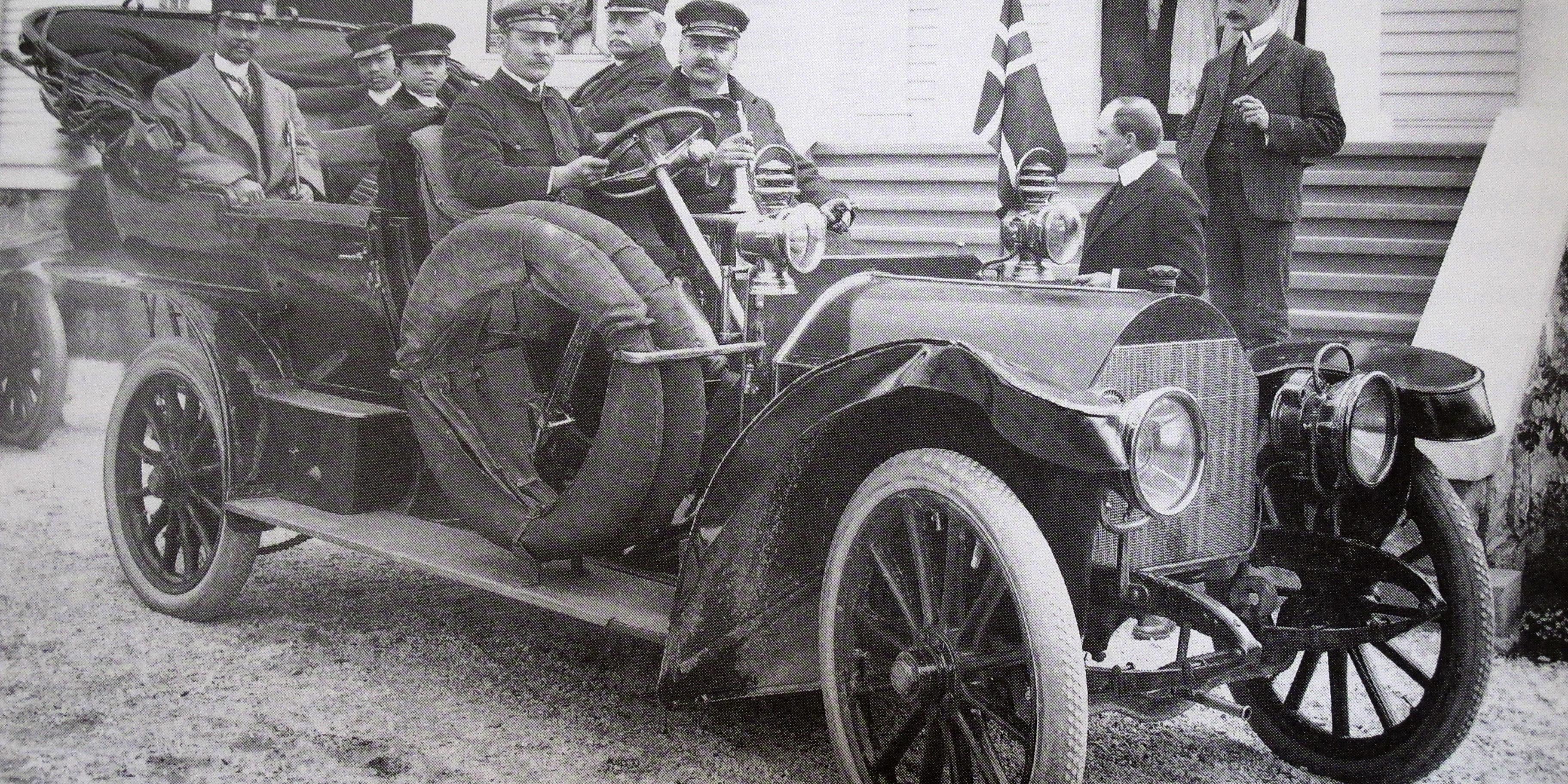 Kong Chulalongkorn og to prinser fotografert i Sam Eydes Mercedes i juli 1907. Eyde selv sitter bak rattet.