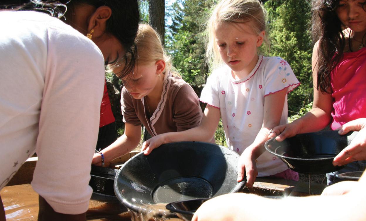 På aktivitetsplassen kan du være med på ulike aktiviteter som for eksempel sølvvask. I store kar med vann kan du lete etter sølv som ligger gjemt i sanden. Sølvet du finner kan du ta med hjem.