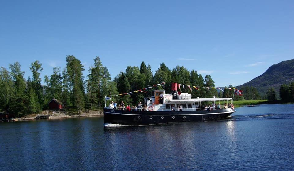 Gammel damper: Skipet fra 1909 seiler med jevnlig fart på Nisser. Hun legger til ved Straand Hotels egen brygge.