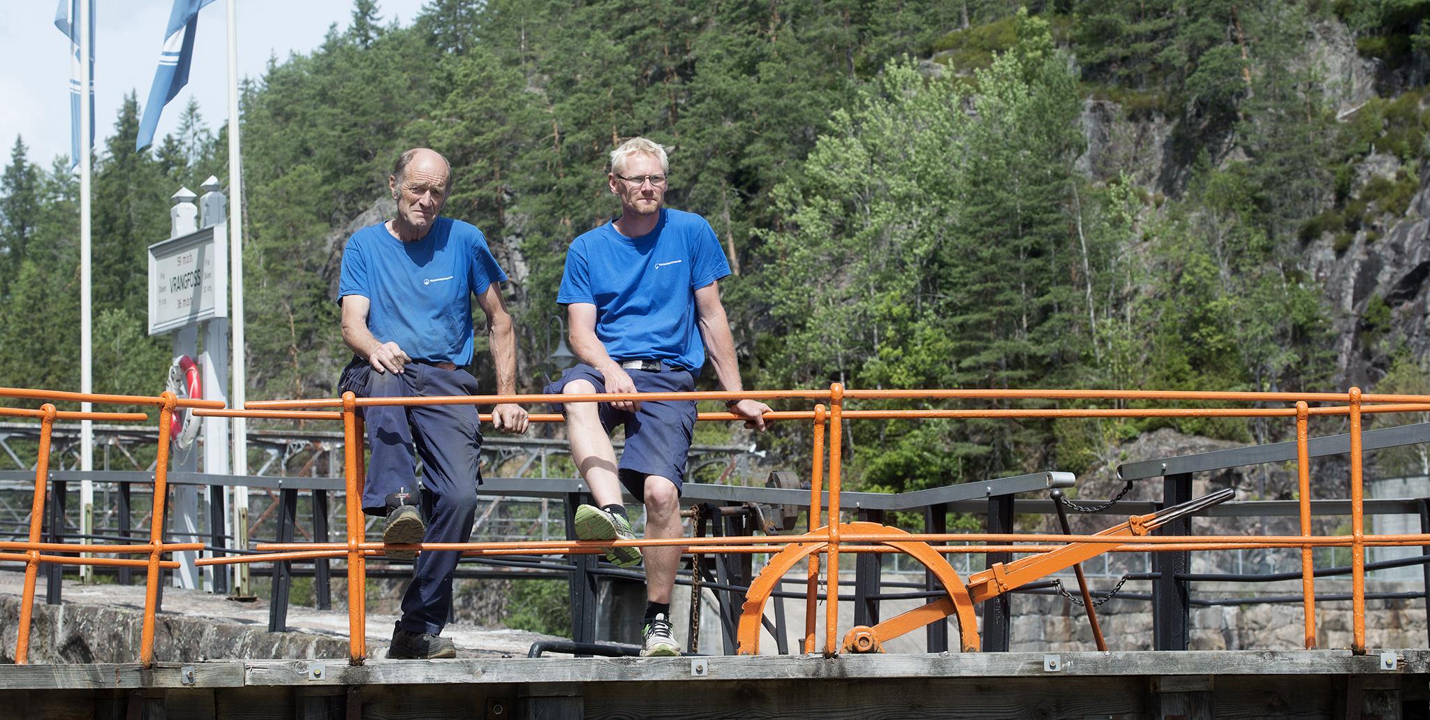 Birger Bergland har jobbet som slusevokter siden 1969 og tar seg av smedarbeidet i kanalen. Atle Ryste har jobbet i kanalen i snart fire år og er sist ansatt av slusevokterne. Han har fagbrev som platearbeider, og det er stort sett sveising han jobber med utover selve slusingen.