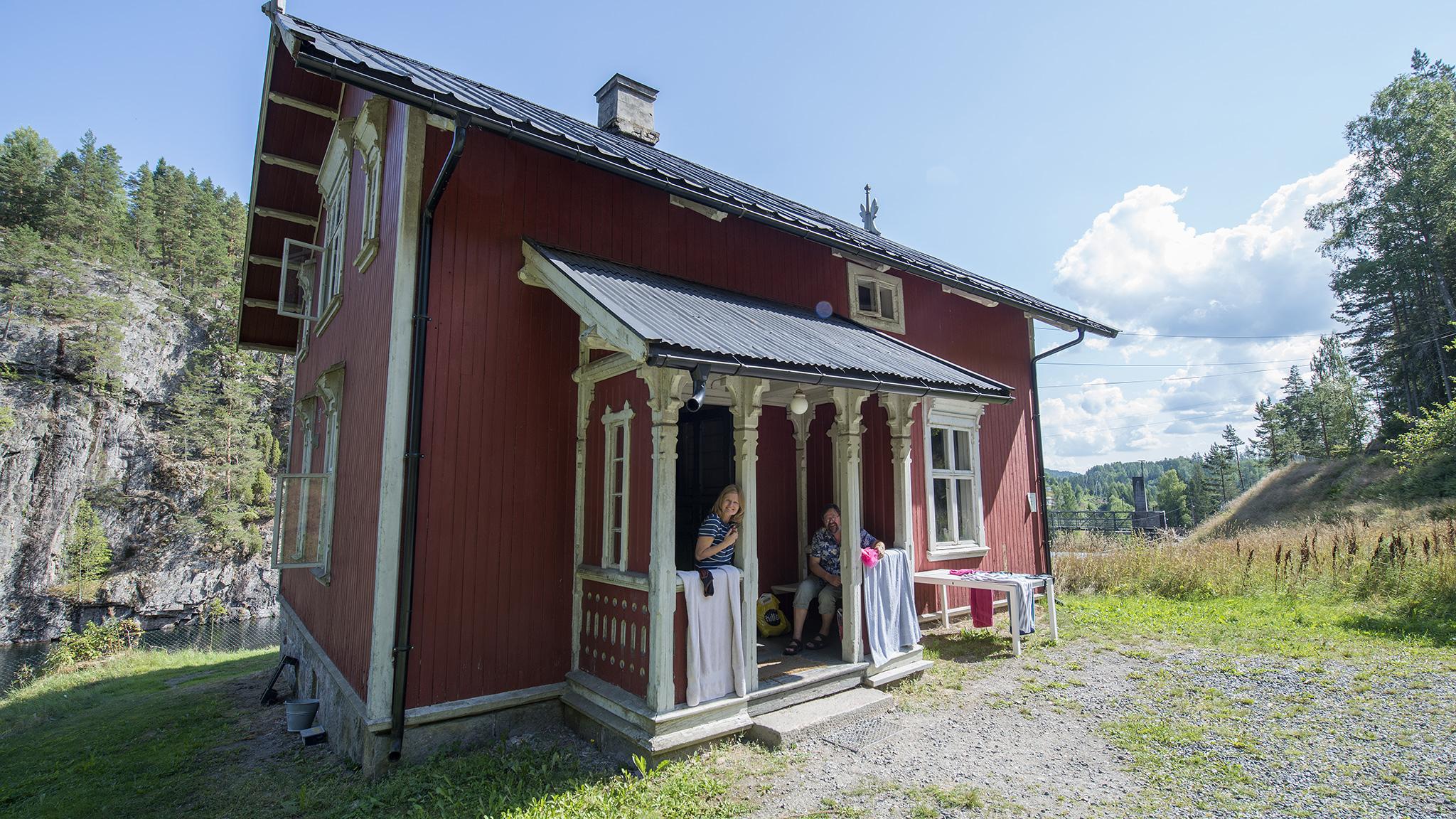BO I VOKTERBOLIG: Sommergjestene koser seg i inngangspartiet på slusevokterboligen på Vrangfoss.