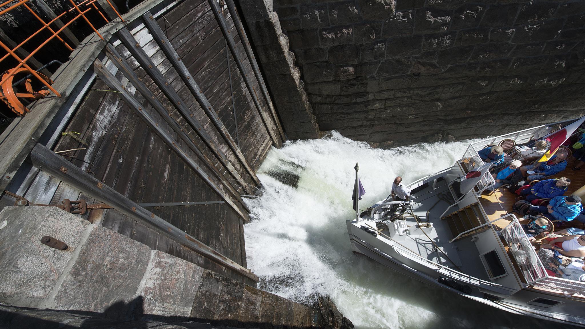 Vannet fyller slusekammeret og løfter MS Henrik Ibsen opp i retning Dalen.