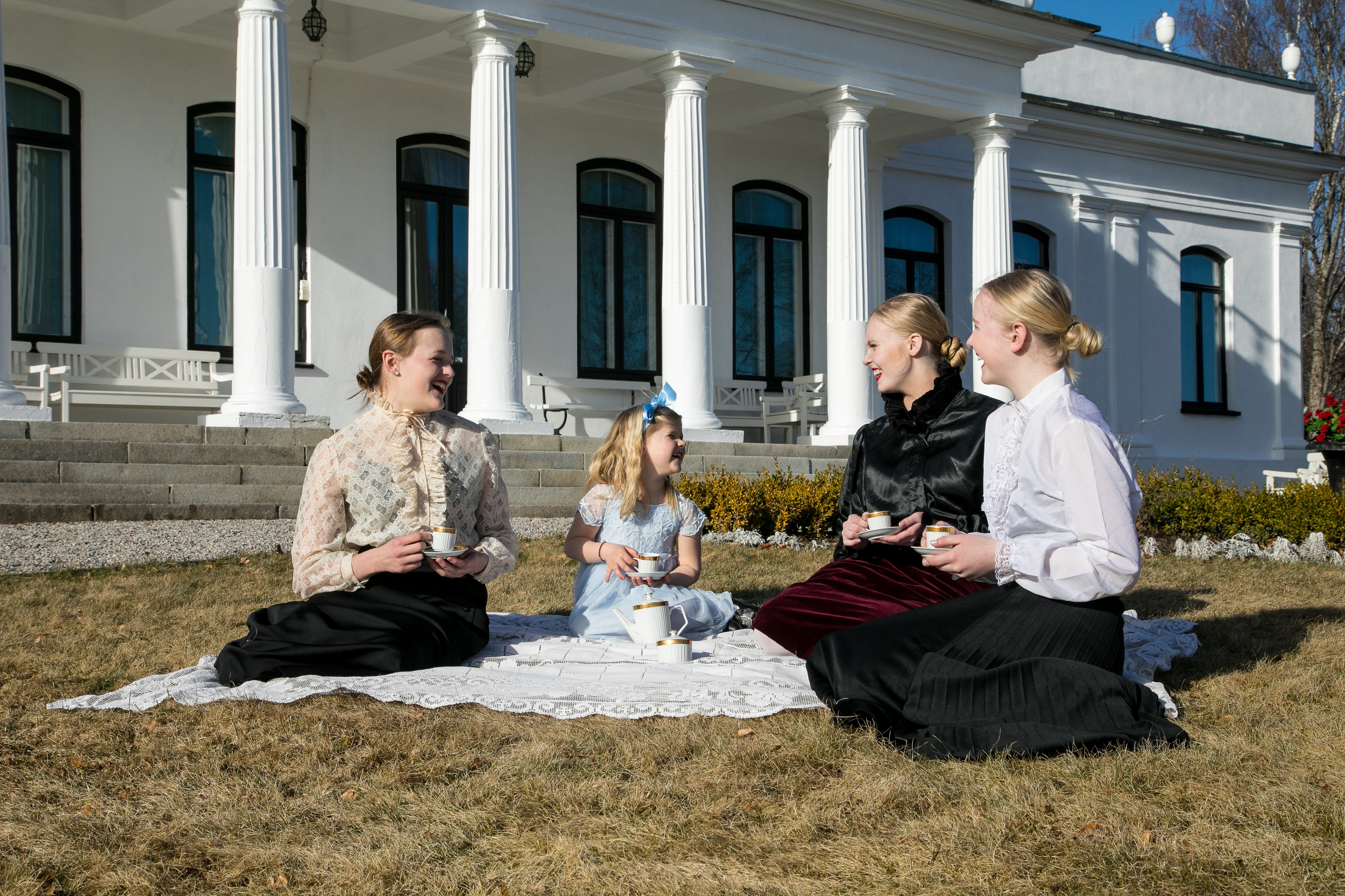 I sommersesongen har vi forskjellige barneaktiviteter på Ulefos Hovedgaard. Dette bilde er fra teselskap hvor barna storkoste seg.