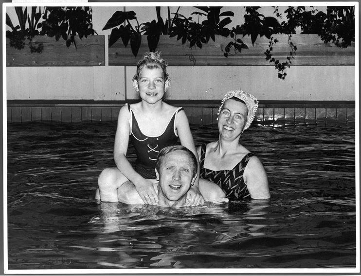Britt sammen med pappa Olav og mamma Didi i bassenget på hotellet