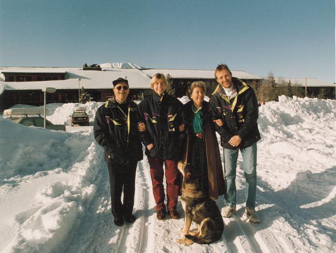 Familien Svartdal samlet utenfor Gaustablikk Høyfjellshotell