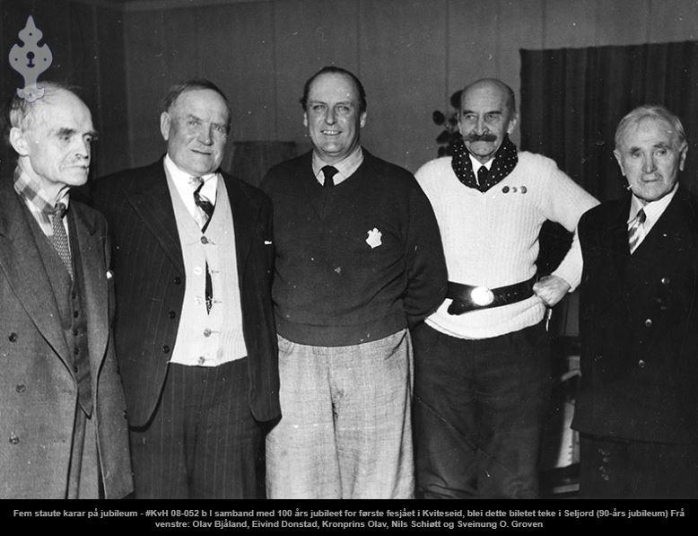 Kronprins Olav på besøk i forbindelse med 100-årsjubileet for første fesjået i Kviteseid. Fra venstre: Olav Bjåland, Eivind Donstad, Kronprins Olav, Nils Schiøtt og Sveinung O. Gruven
