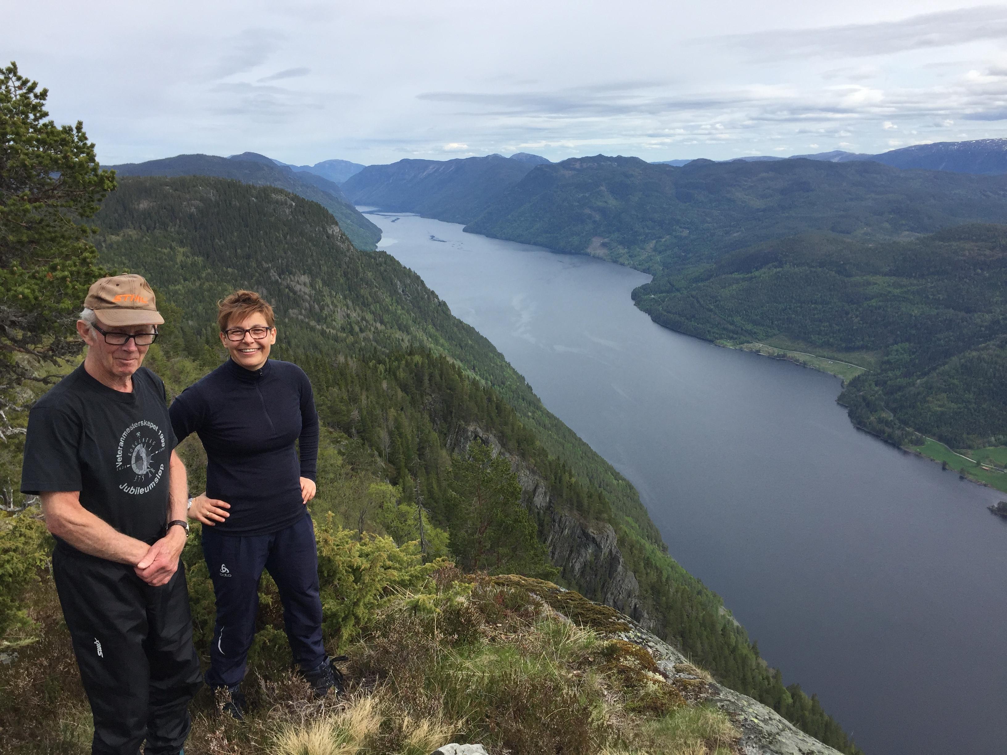 Einar Strand (86 år) er ei av eldsjelene bak Risen og Gygri og er  i dag turstifadder for denne turstien. Her på Gløstøylnuten saman med Lill Susan i VandreTelemark