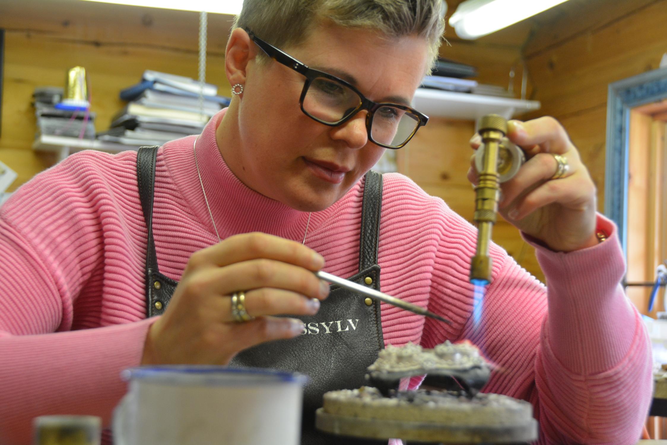 Ingrid Svalastog Kollberg, sylvsmed, filigransarbeidar, driv Telemarkssylv på Ravnejuvvegen i Tokke kommune. Foto: Tone Tveit