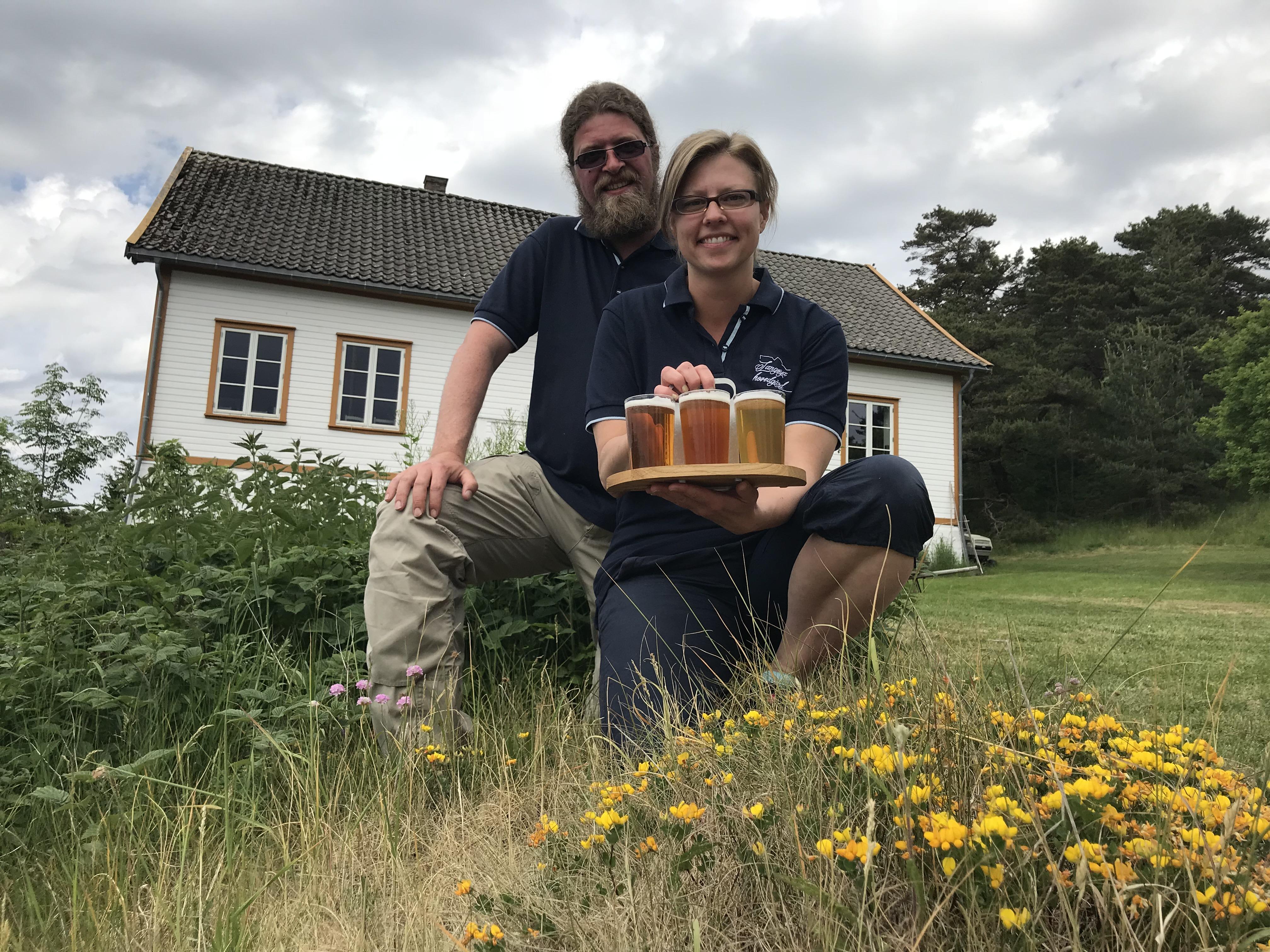 Vertskapet Vigdis Saga Kjørholt og Tom Erik Økland ønsker deg hjertelig velkommen på Langøya hovedgården i sommer