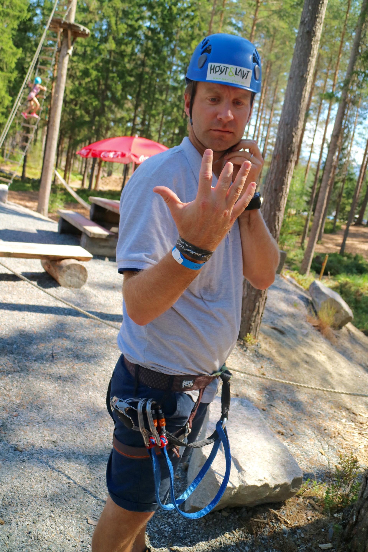 Selv de med ni og en trekvart finger, fikk teken på klatring i Klatreparken Høyt og Lavt