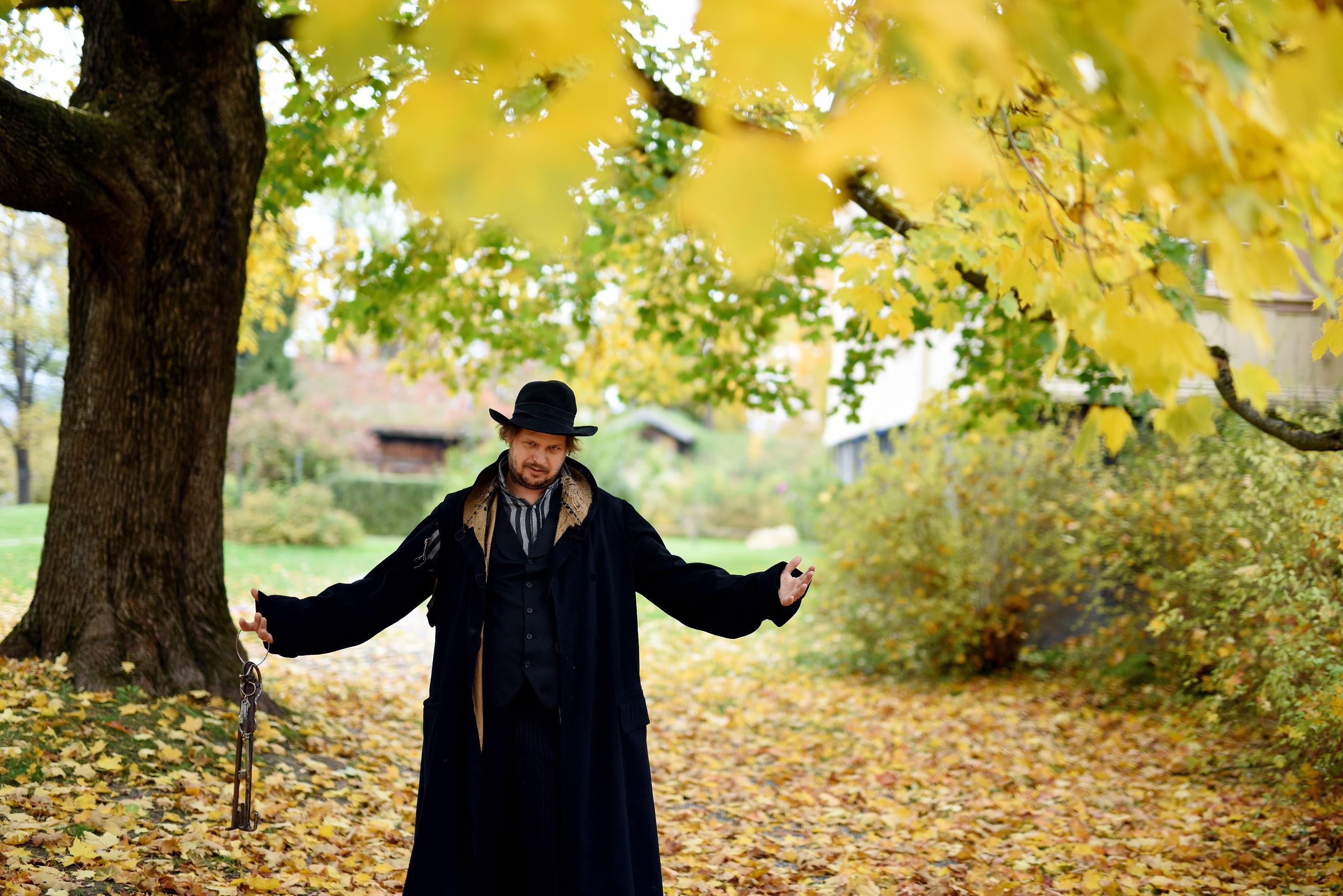 I slutten av oktober forandrer Brekkeparken navn til Skrekkeparken. Henrik Bøe Larsen er vaktmesteren som passer på at det er passe skummelt. Foto:Bjørn Harry Schønhaug