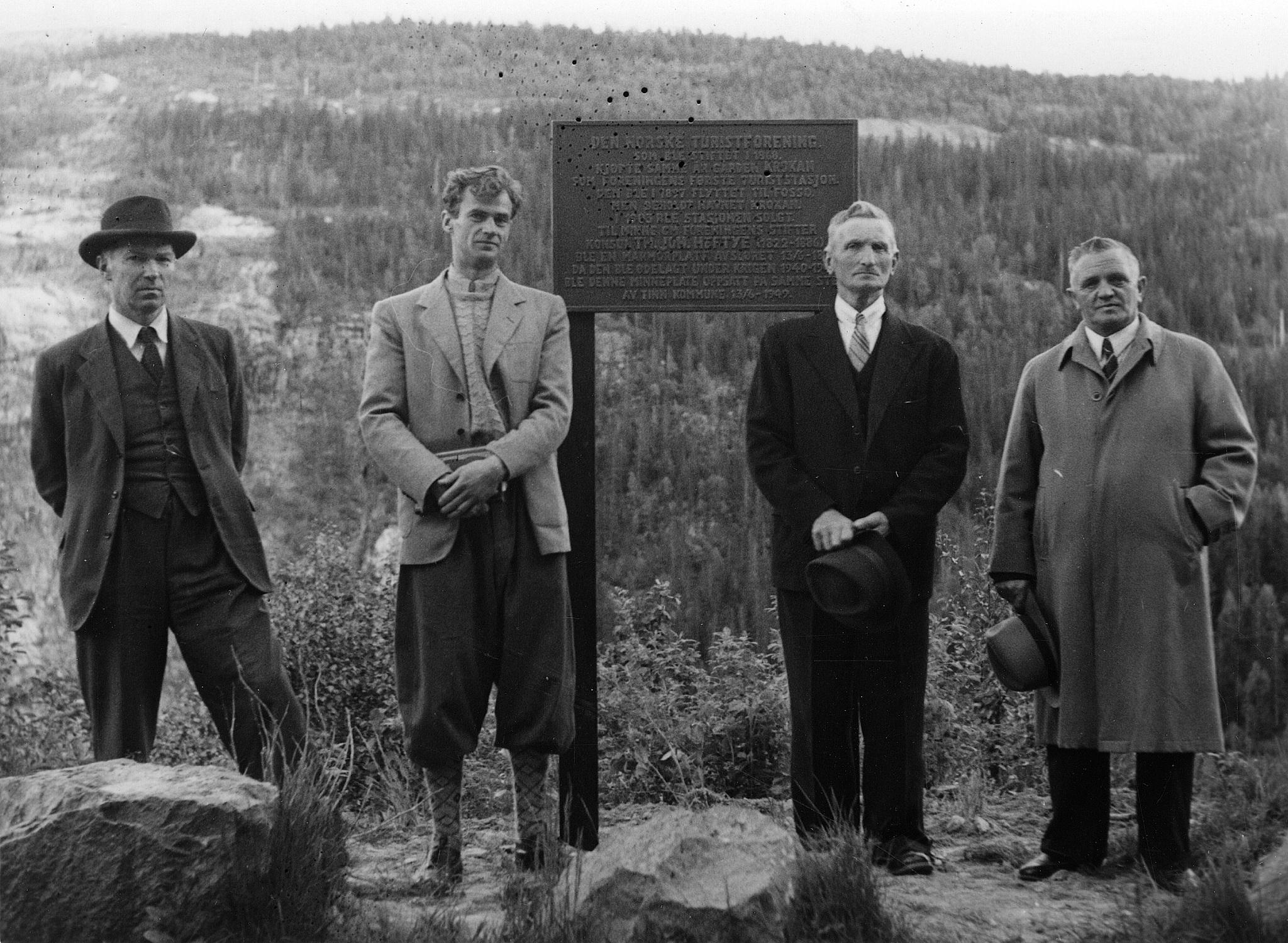 Minneplate ved Krokan hotell. Fra venstre Banksjef Pettersen, Claus Helberg, Ukjent person og ordfører Bergan Foto NIA