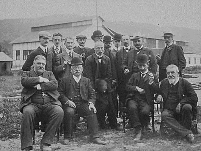 Den internasjonale ekspertkomiteen saman med Bjarne og bjørnen ca 20. juli 1905. Foto Hydro