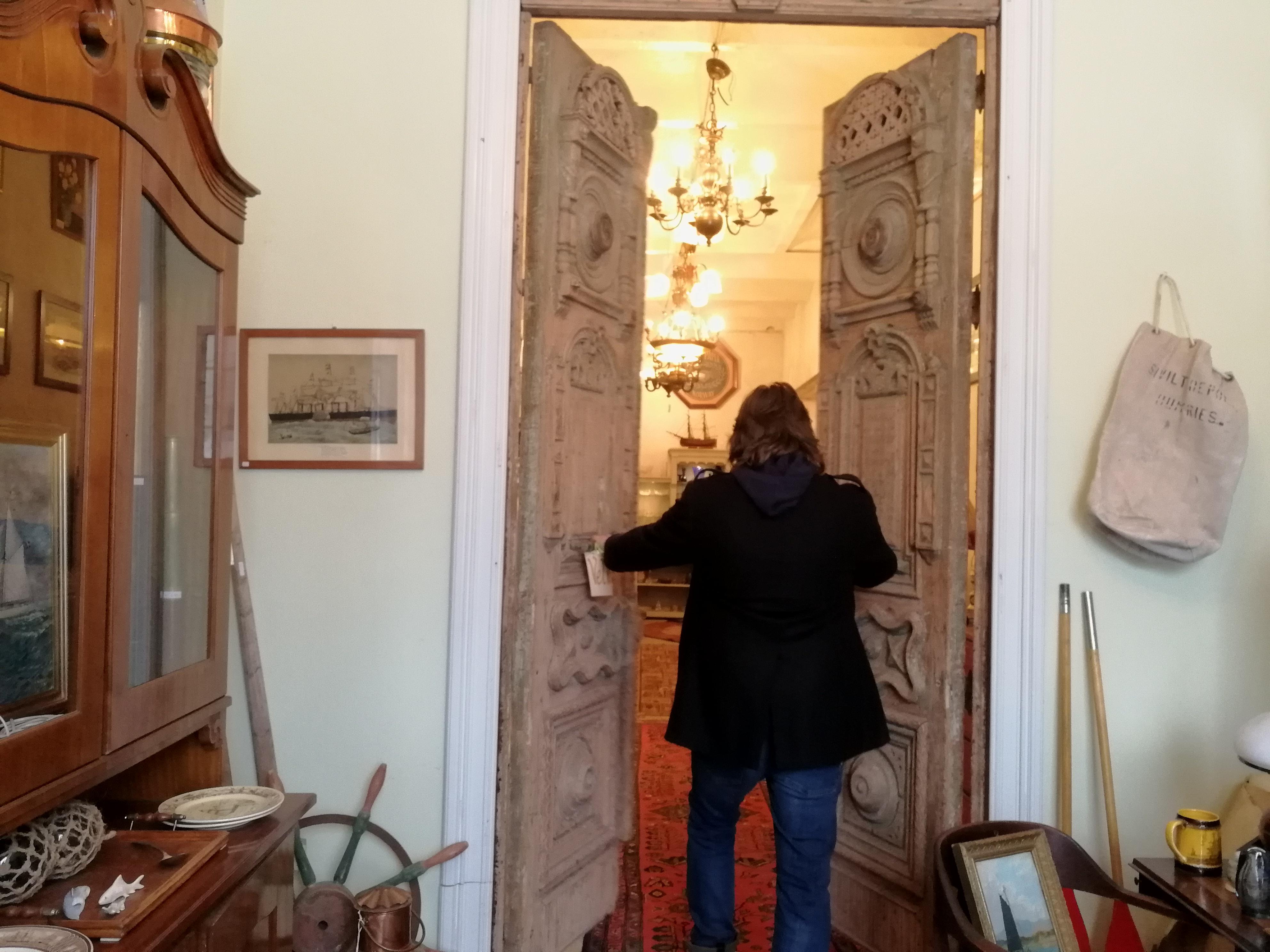 Svein Levi Sekse åpner dørene inn til antikviteter fra hele Europa.