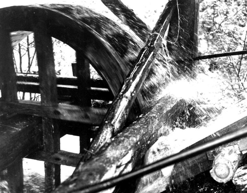 Til langt ut på 1960-talet kunne ein sjå slike vasshjul rundt om i Noreg