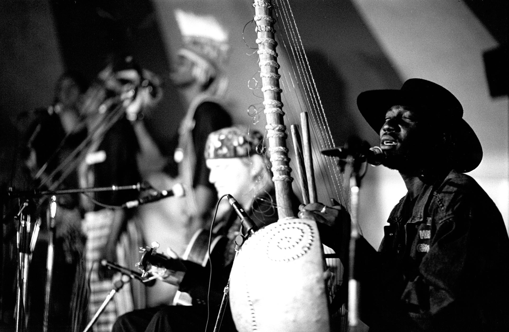 Ein ung Knut Reiersrud med afrikanarane Alagi M'bye og Juldeh Camara spelte på Telemarkfestivalen i 1992. Foto: Arkivfoto.