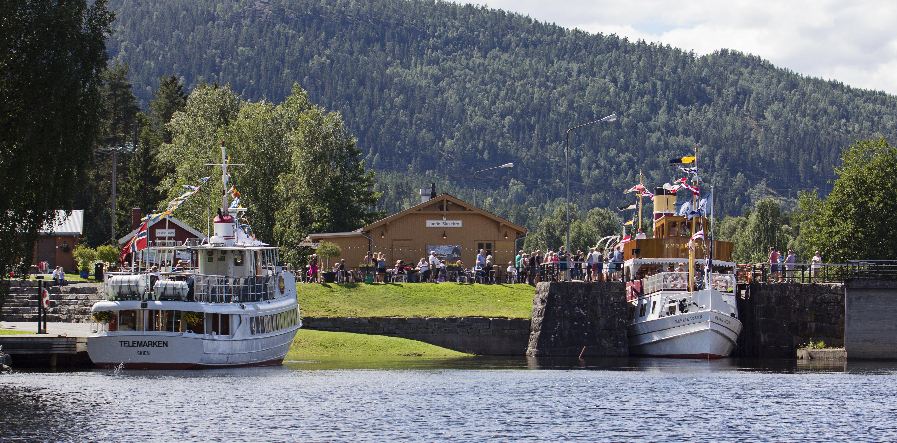 M/S Telemarken og M/S Henrik Ibsen i Lunde sluse Foto Ida Kvisgaard