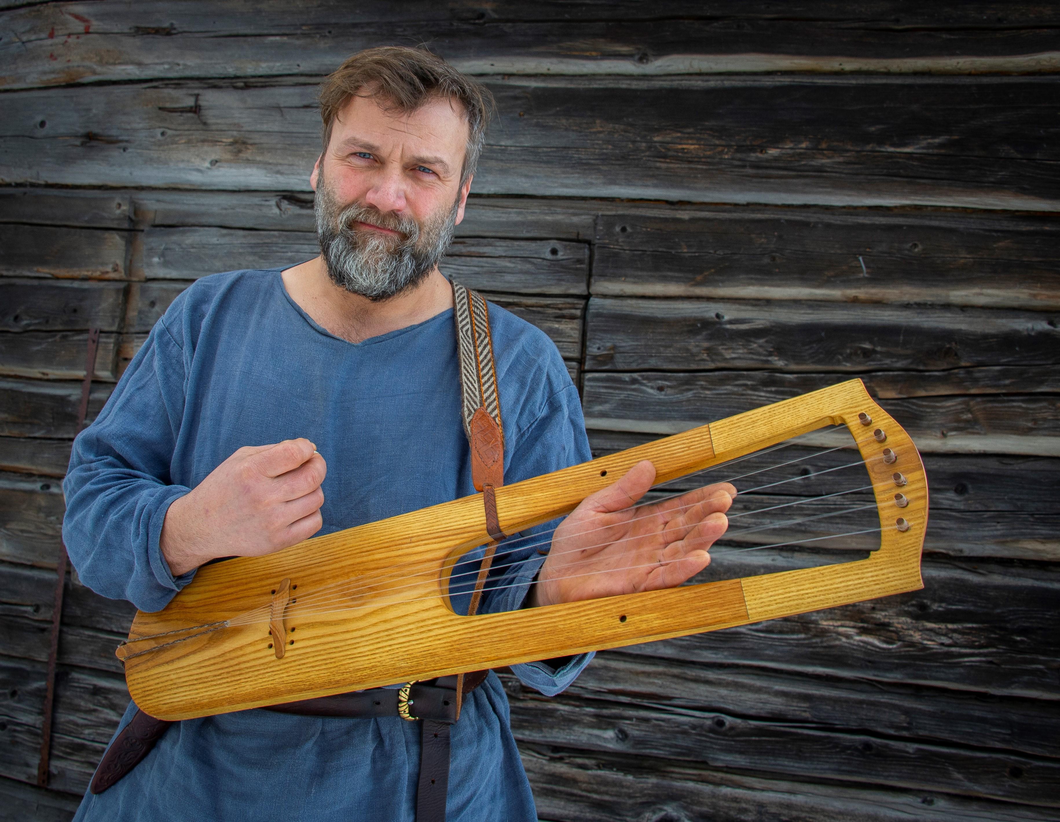 Bli med på Vikingdag i Kviteseind og hør Daniel spille vikingmusikk