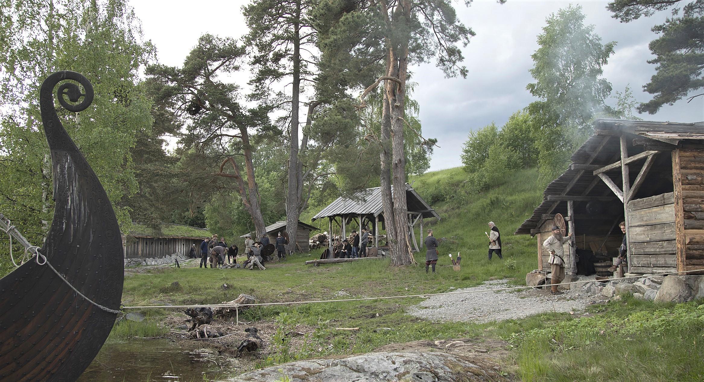EIGE TUN: Olavs menn reist eit vikingtun på Akkerhaugen. Her tar dei imot skuleklasser og ulike grupper. Det blir halde turar med vikingskipet «Åsa» og drive vikingaktivitetar på land. Foto: Olavs menn