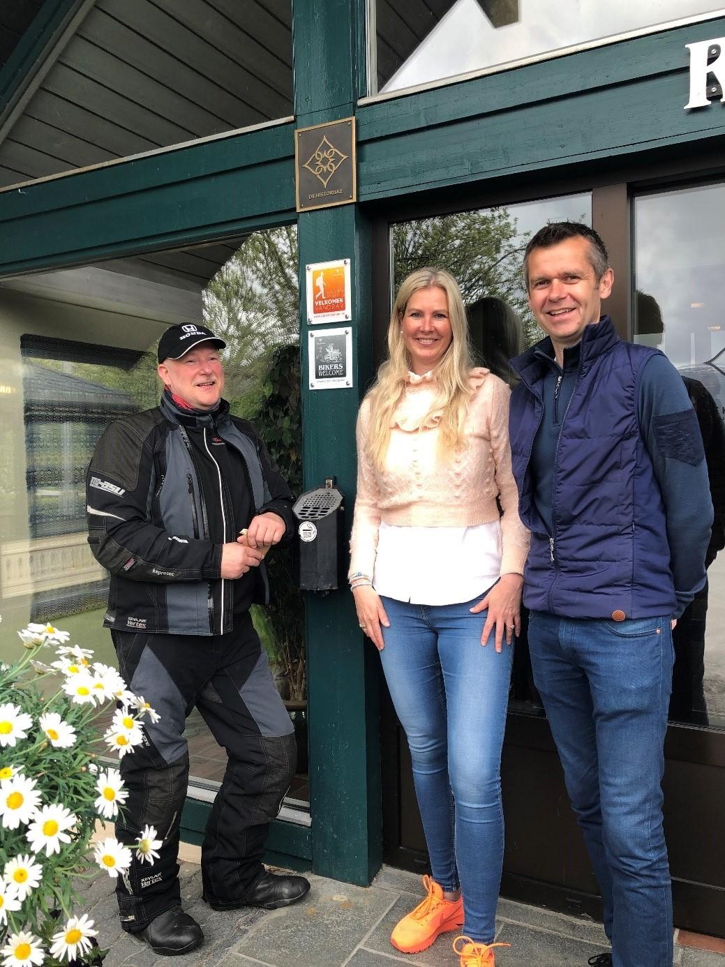 Geir Amundsen sammen med vertskapet, Katrine og Lars Arne Straand.