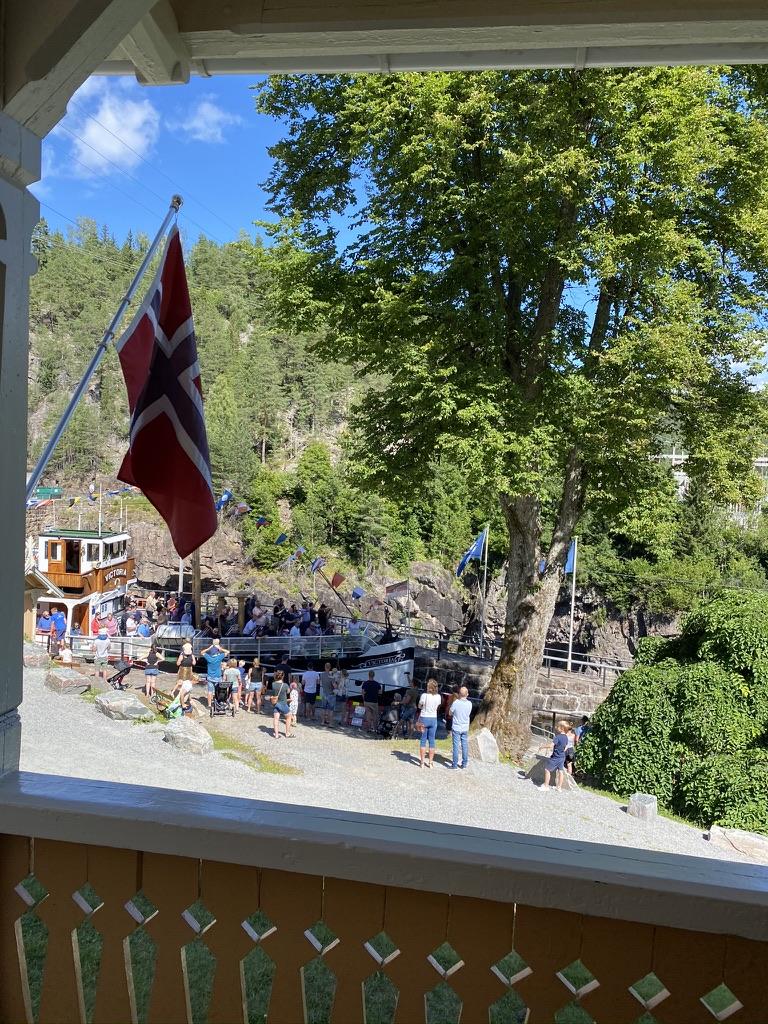 Utsikt fra Slusemesterens veranda ved Vrangfoss sluser.