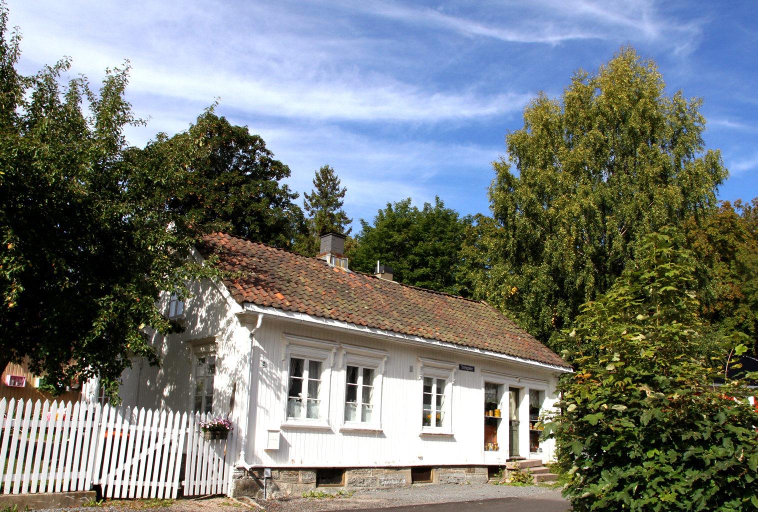 Den gamle kolonialen i Brekkeparken har adresse Tomtegata 2. Da den stengte på 1970-tallet, var det naturlig å innlemme den i museets bygningsmasse.