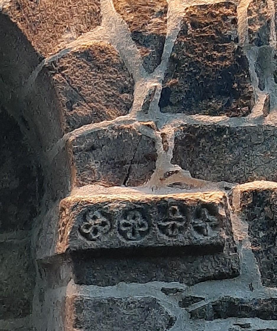 Detaljer fra Holla kirkeruin  Foto Gunnar Sanden