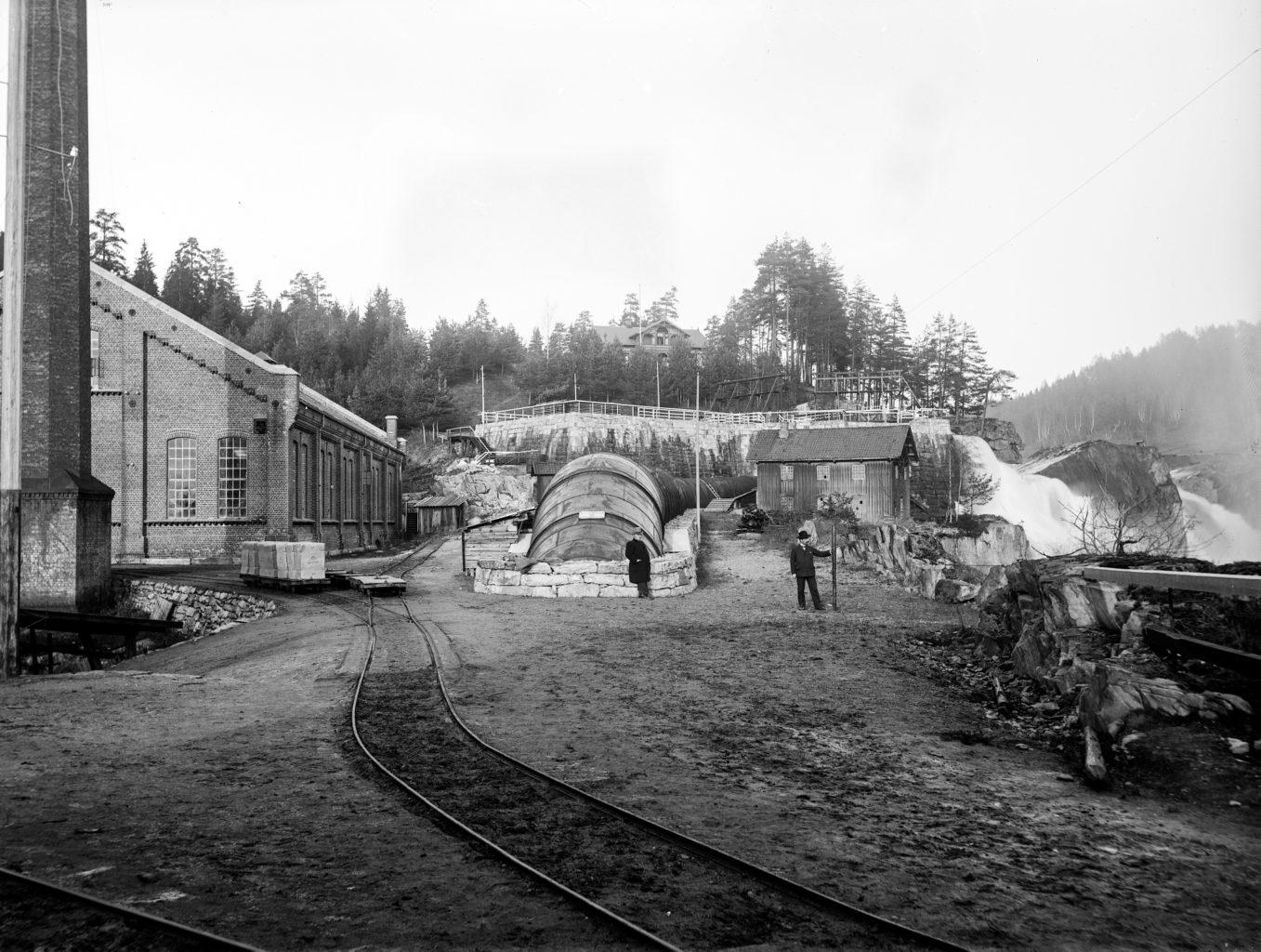 PÅ HISTORISK GRUNN: Telemarksgalleriet og Verdensarvsenteret på Notodden har tilhold i det gamle tresliperiet til Tinfos Papirfabrik, som ble oppført i 1898. (Foto: Tinfos/NIA).