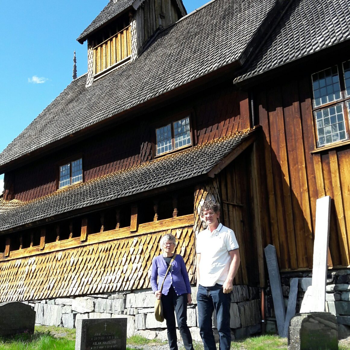 Steinar og mamaen Liv på Eidsborg Stavkirke