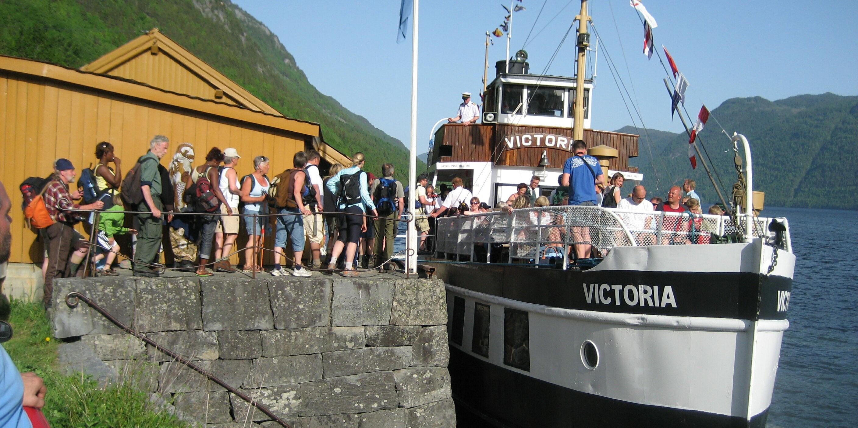 Lårdalstigen har blitt så populær at kanalbåten no har fast anløp inn til Lårdal på ettermiddagen! Foto: Karl Torstein Hetland