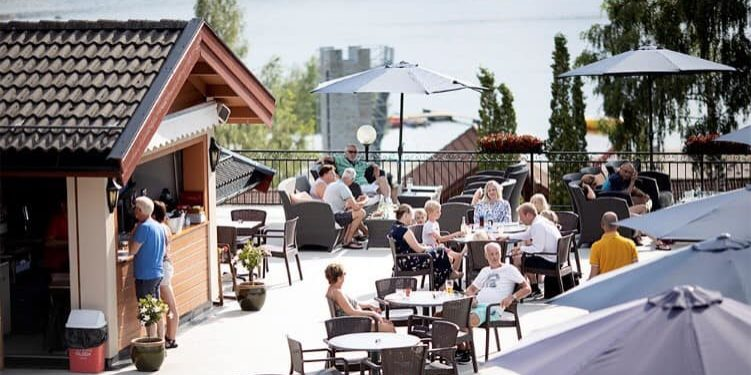Om sommeren kan du nyte maten ute på terrassen ved Straand Hotel