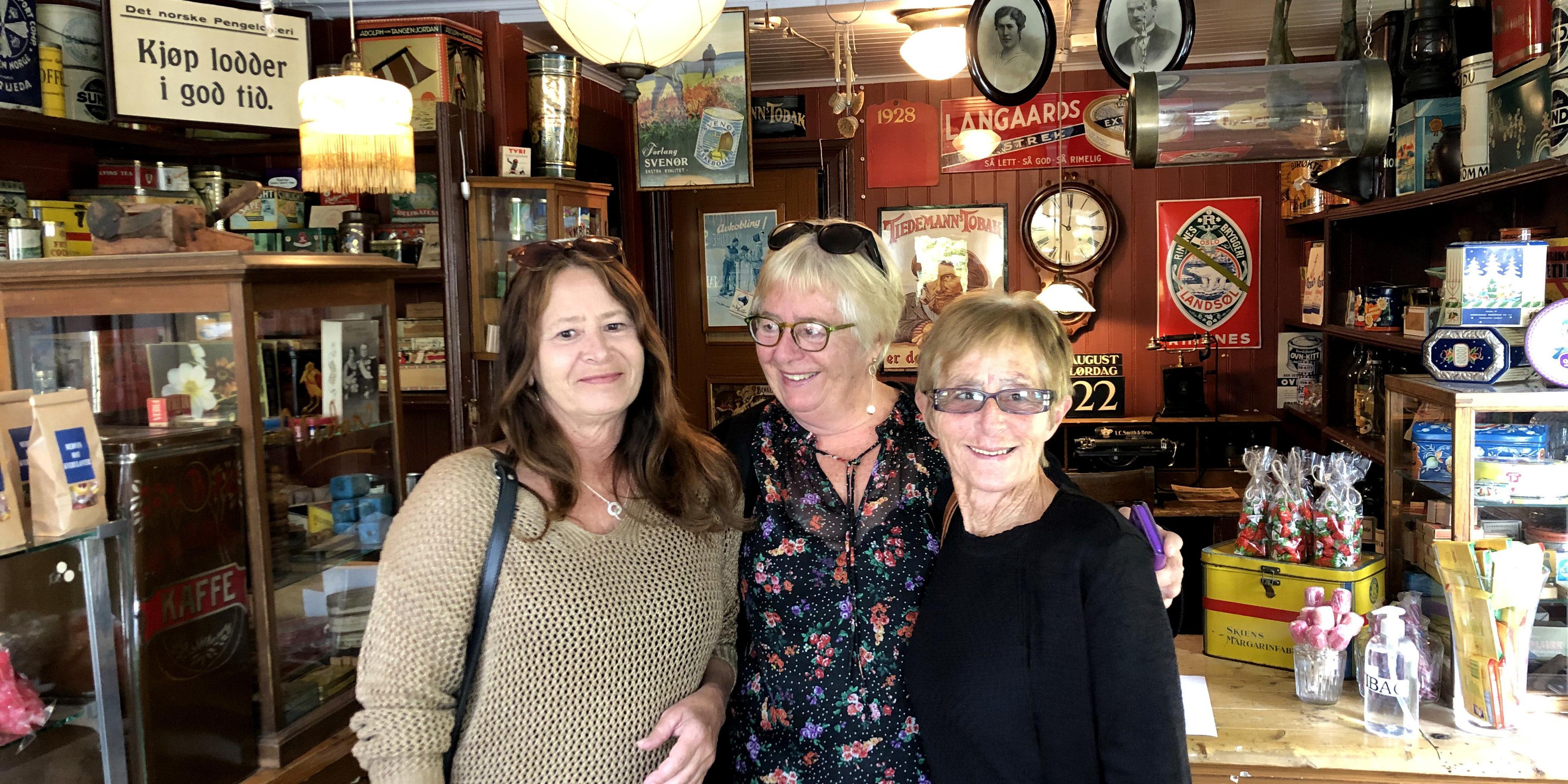 En augustdag kom disse tre søstrene på besøk til Brekkeparken, og ville se Kleivbutikken grandtanta Lovise Olsen drev på 1960-tallet. Fra venstre: Berit Flåtelien, Eva Nygaard og Grethe Adriansen.