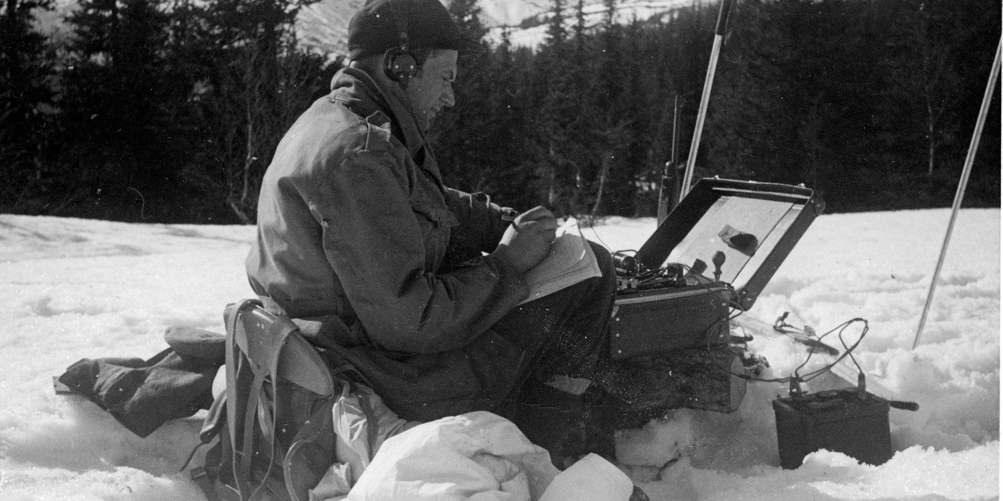 Claus Helberg på Sebrekke radiostasjon mars 1945 Foto: NIA